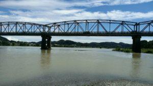 高知らしい川を渡る鉄橋。