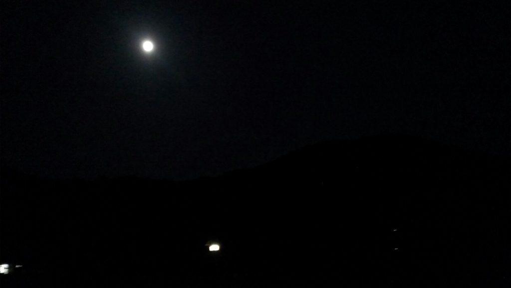 月明かりの中進む