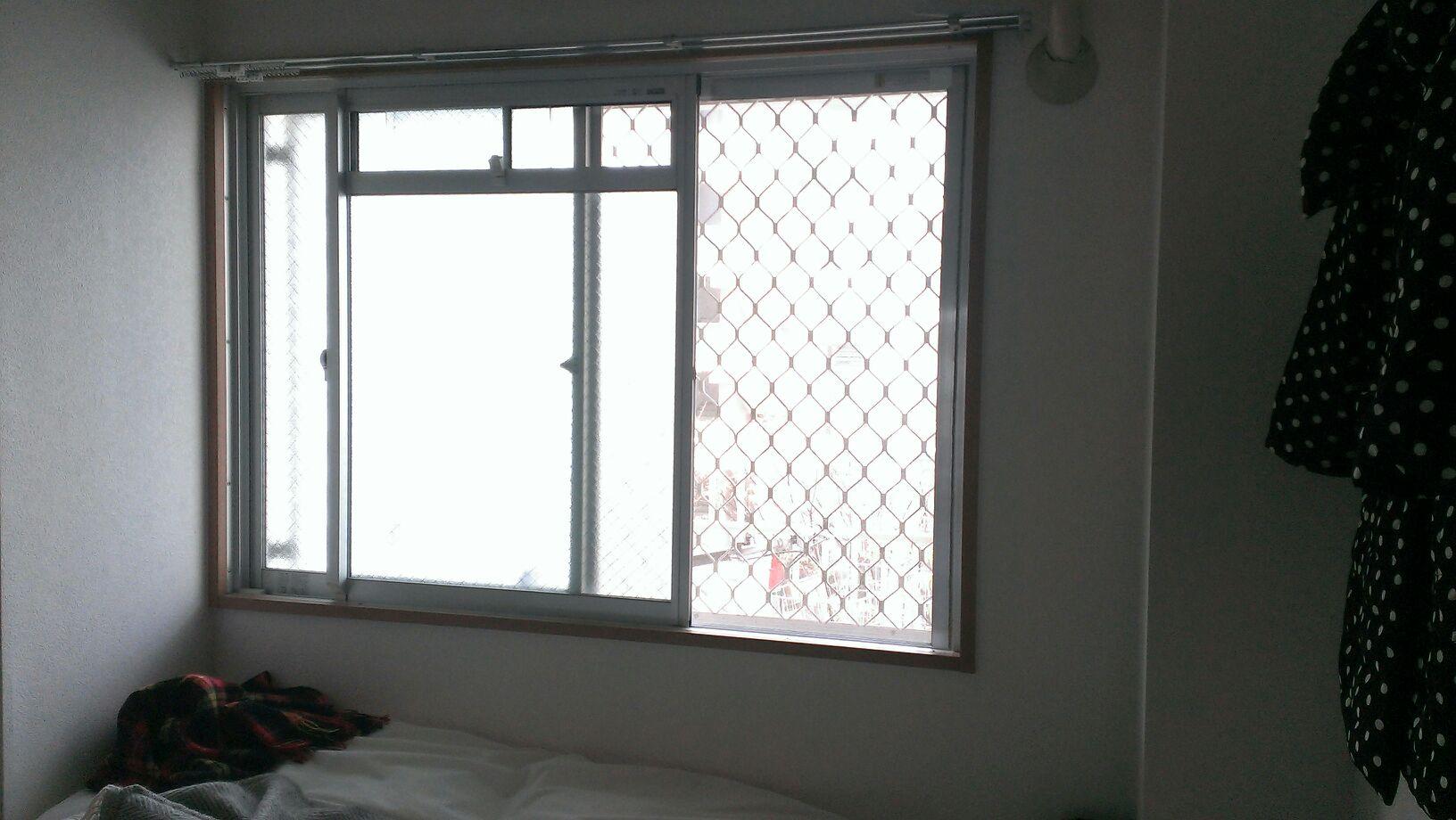 カーテンのない窓